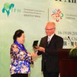 AIPH awards Gold Medal to China Flower Association President